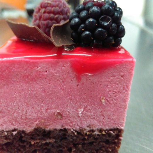 Bizcocho meloso de chocolate y mousse de frambuesa con frutos rojos