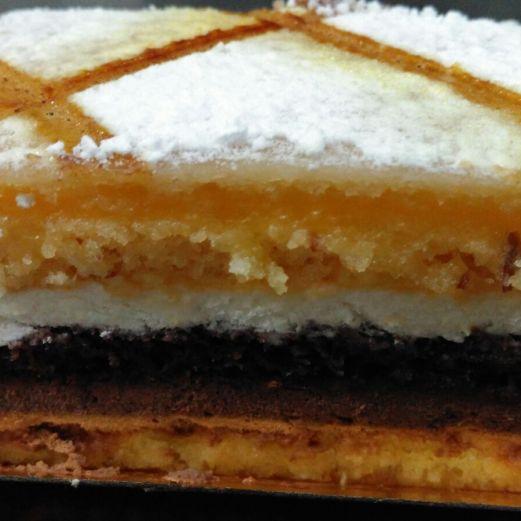 Bizcocho de crema pastelera, trufa y mazapán