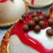 Mousse de limón y coulis de frambuesa y caviar de chocolate con leche